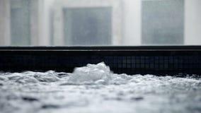 pés da mulher que saem lentamente da água com bolhas e exercício video estoque