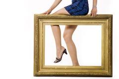 Pés da mulher 'sexy' atrás de um frame Fotos de Stock