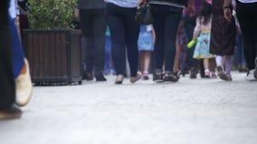 Pés da multidão dos povos que andam na rua Movimento lento filme