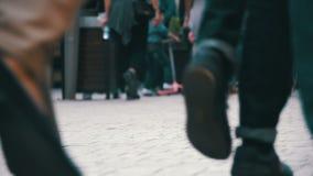 Pés da multidão dos povos que andam na rua Movimento lento vídeos de arquivo