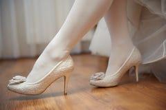 Pés da noiva com meias brancas e as sapatas brancas foto de stock
