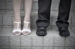 Pés da noiva e do noivo Fotografia de Stock Royalty Free