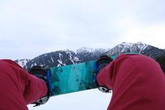 Pés da snowboarding em montanhas do inverno Fotos de Stock Royalty Free