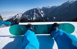 Pés da snowboarding na montanha do inverno Fotografia de Stock