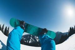 Pés da snowboarding na montanha do inverno Foto de Stock