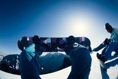 Pés da snowboarding na parte superior da montanha Foto de Stock Royalty Free