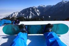 Pés da snowboarding na parte superior da montanha Fotos de Stock Royalty Free