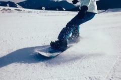 Pés da snowboarding nas montanhas Foto de Stock Royalty Free