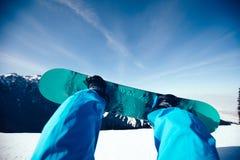 Pés da snowboarding nas montanhas Foto de Stock