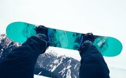 Pés da snowboarding nas montanhas Fotografia de Stock Royalty Free