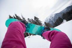 Pés da snowboarding nas montanhas Imagens de Stock