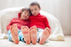 Pés das crianças, cobertos com as cópias dos beijos Imagem de Stock Royalty Free