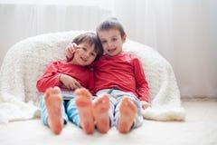 Pés das crianças, cobertos com as cópias dos beijos Fotos de Stock Royalty Free