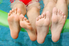 Pés das crianças na água Imagens de Stock