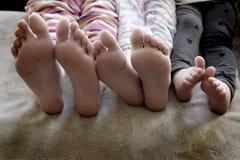 Pés das crianças nos pijamas fotografia de stock
