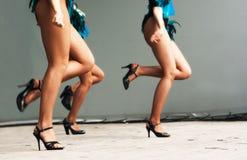 Pés das meninas que dançam na fase Fotos de Stock