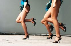Pés das meninas que dançam na fase Imagem de Stock