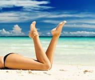 Pés das mulheres em uma praia Foto de Stock Royalty Free