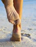 Pés das mulheres em uma praia Fotos de Stock Royalty Free