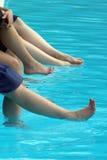 Pés das mulheres na água fresca Foto de Stock
