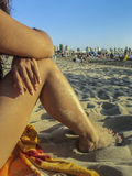 Pés das mulheres na praia Foto de Stock
