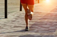 pés das mulheres que racewalking o corredor fotos de stock royalty free