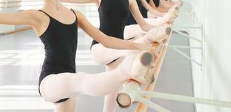 Pés de bailarinas dos dançarinos na dança clássica da classe, bailado Fotografia de Stock