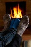 Pés de And Child Warming do pai pelo fogo Imagens de Stock Royalty Free