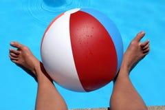Pés de esfera da praia fotografia de stock