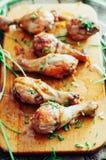 Pés de frango frito deliciosos frescos em uma placa de desbastamento de madeira decorada com cebolinha fresco Presunto cozido Pés Imagem de Stock