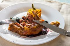 Pés de galinha cozidos com doce e puré e cutelaria da abóbora foto de stock