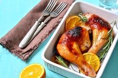Pés de galinha cozidos no esmalte alaranjado do mel imagem de stock