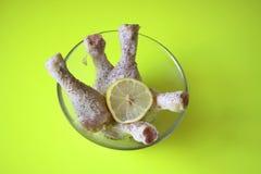 Pés de galinha crus com ervas e limão Fotografia de Stock