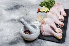Pés de galinha crus com especiaria Fotografia de Stock