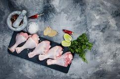 Pés de galinha crus com especiaria Imagem de Stock Royalty Free