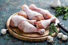 Pés de galinha crus crus, pilões na placa de madeira, carne com ingredientes Imagens de Stock Royalty Free