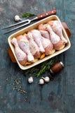 Pés de galinha crus crus, pilões na placa de madeira, carne com os ingredientes para cozinhar Foto de Stock Royalty Free