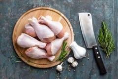 Pés de galinha crus crus, pilões na placa de madeira, carne com os ingredientes para cozinhar Fotos de Stock