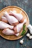 Pés de galinha crus crus, pilões na placa de madeira, carne com os ingredientes para cozinhar Imagens de Stock Royalty Free