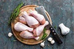 Pés de galinha crus crus, pilões na placa de madeira, carne com os ingredientes para cozinhar Fotografia de Stock Royalty Free