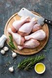 Pés de galinha crus crus, pilões na placa de madeira, carne com os ingredientes para cozinhar Fotografia de Stock
