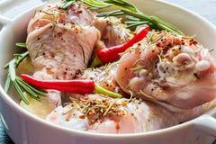 Pés de galinha crus & x28; drumsticks& x29; no prato branco do cozimento, close up imagens de stock