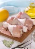 Pés de galinha crus em uma placa de corte com forquilha e especiarias Imagem de Stock Royalty Free