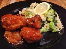 Pés de galinha do BBQ com cuscuz dos brócolis fotos de stock royalty free