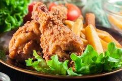 Pés de galinha fritados friáveis de kentucky com batatas fritas foto de stock royalty free