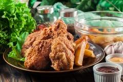 Pés de galinha fritados friáveis de kentucky com batatas fritas imagem de stock