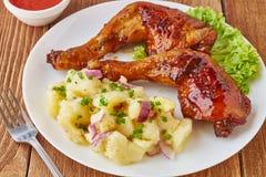 Pés de galinha grelhados com salada de batata, vegetais e molho de tomate Fotografia de Stock Royalty Free