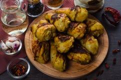 Pés de galinha grelhados no fundo de madeira Imagem de Stock