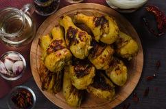 Pés de galinha grelhados no fundo de madeira Fotos de Stock Royalty Free