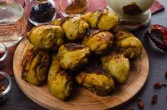 Pés de galinha grelhados no fundo de madeira Fotografia de Stock Royalty Free
